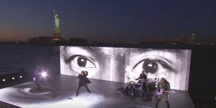 """U2 interpretan """"Get Out Of Your Own Way"""" en los Grammys"""
